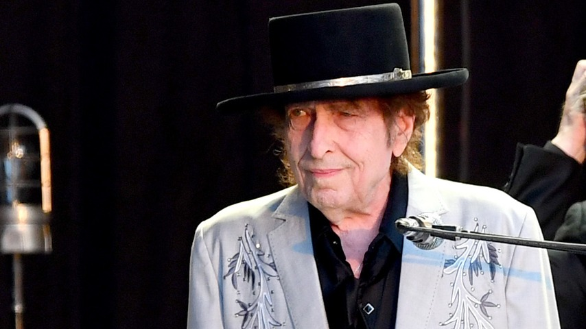 "Bob Dylan Shares New Song ""I Contain Multitudes"""