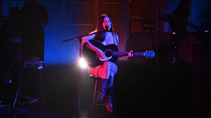 """Watch Kacey Musgraves Perform """"justified"""" and """"camera roll"""" on SNL"""